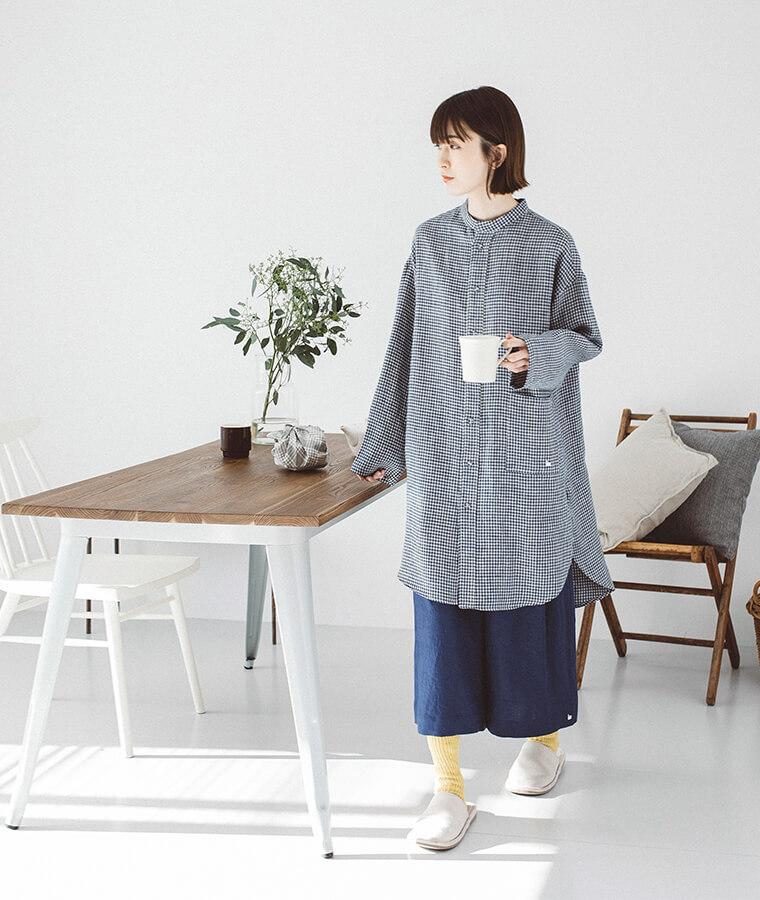 チュニックシャツ×7分丈ガウチョを着た女性