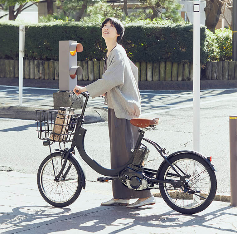 PanasonicのSWの電動自転車をもって見上げてる女性