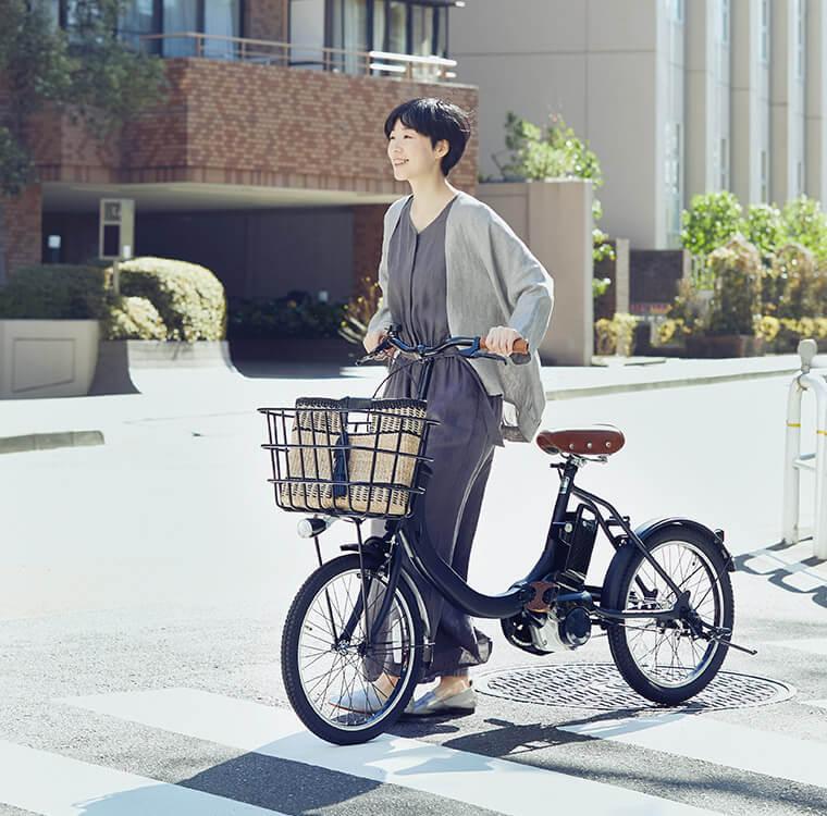 PanasonicのSWの電動自転車に乗った女性