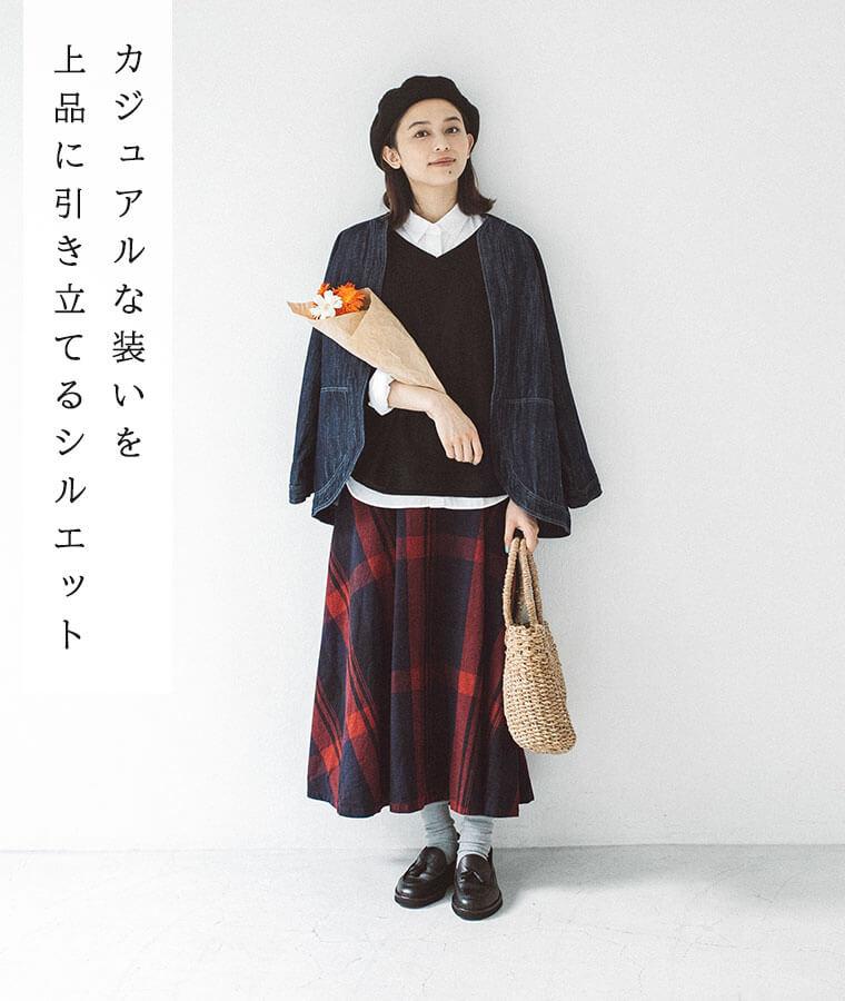 サーキュラースカートとお花を持った女性