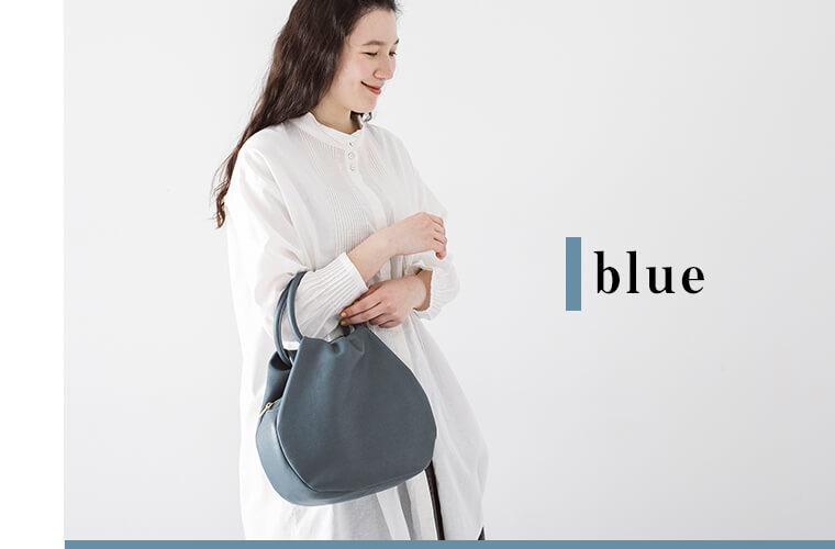 ブルーのバッグを持った女性