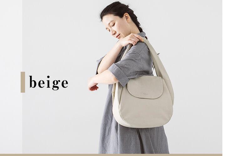 ベージュのバッグを持った女性