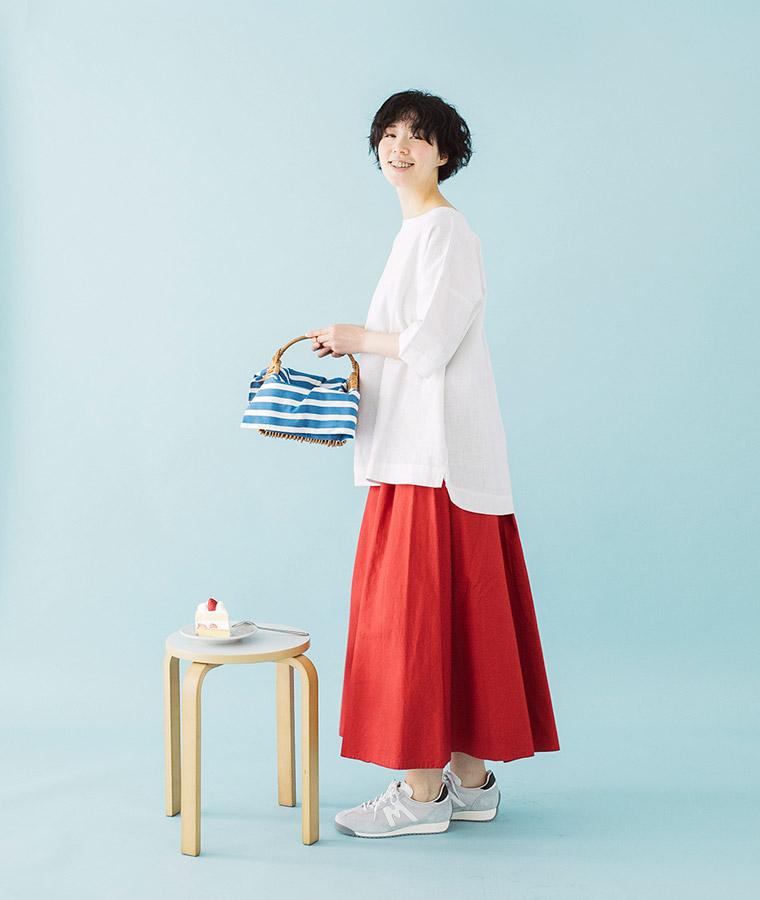 白ブラウスと赤スカート