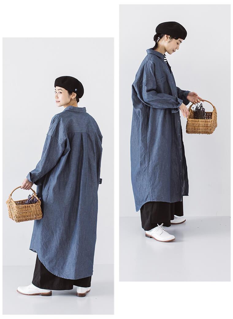 ヴィンテージブルーのシャツワンピースを羽織った横向き、後ろ向き女性