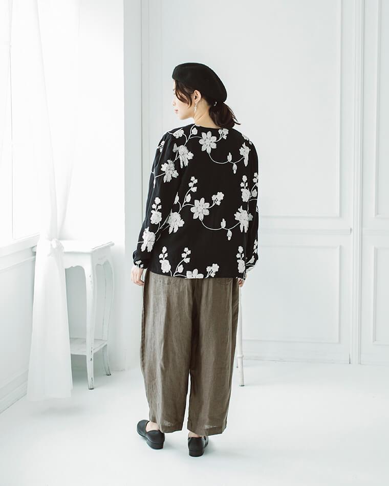 花柄チェーン刺繍ブラウスとへリンボン織りパンツ