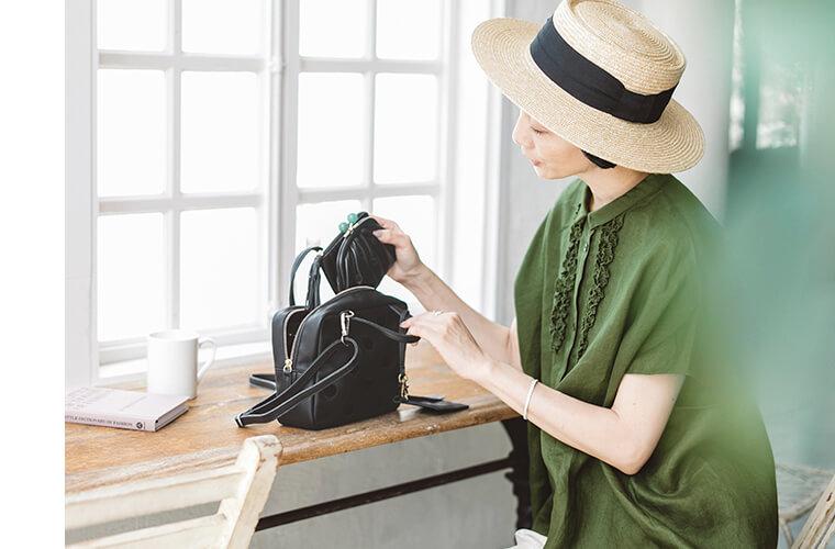 天然石を使用した二つ折り財布をバッグに入れるはなさん