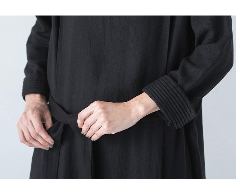 コラボレーションした付け衿とワンピースの袖口プリーツの拡大画像