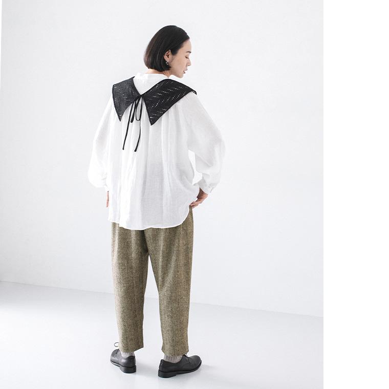 コラボレーションした付け衿とワンピースの付け襟の着回し提案でブラウスとパンツとのコーディネート後ろ姿