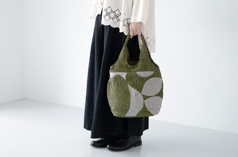 TOMOO(トモオ)/【新作】葉の影をイメージしたバッグの手元アップ
