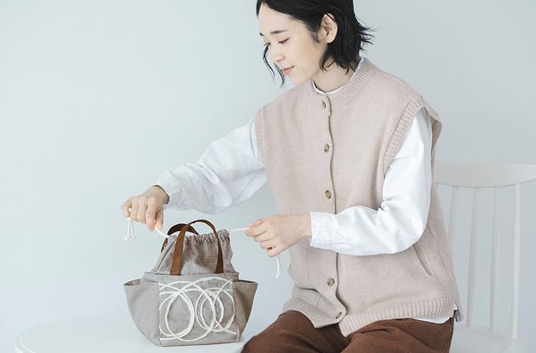 TOMOO(トモオ)/刺繍のミニトートの巾着部分を縛る