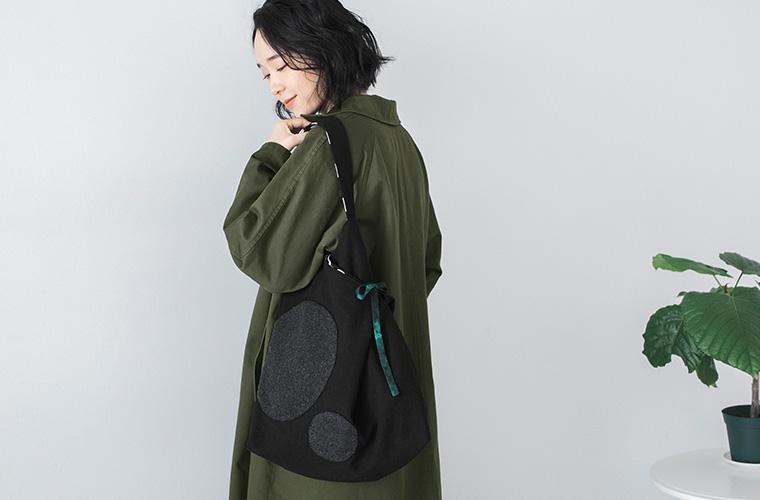 カーキのコートとTOMOO(トモオ)/シャボン玉をイメージして作られたバッグ 黒