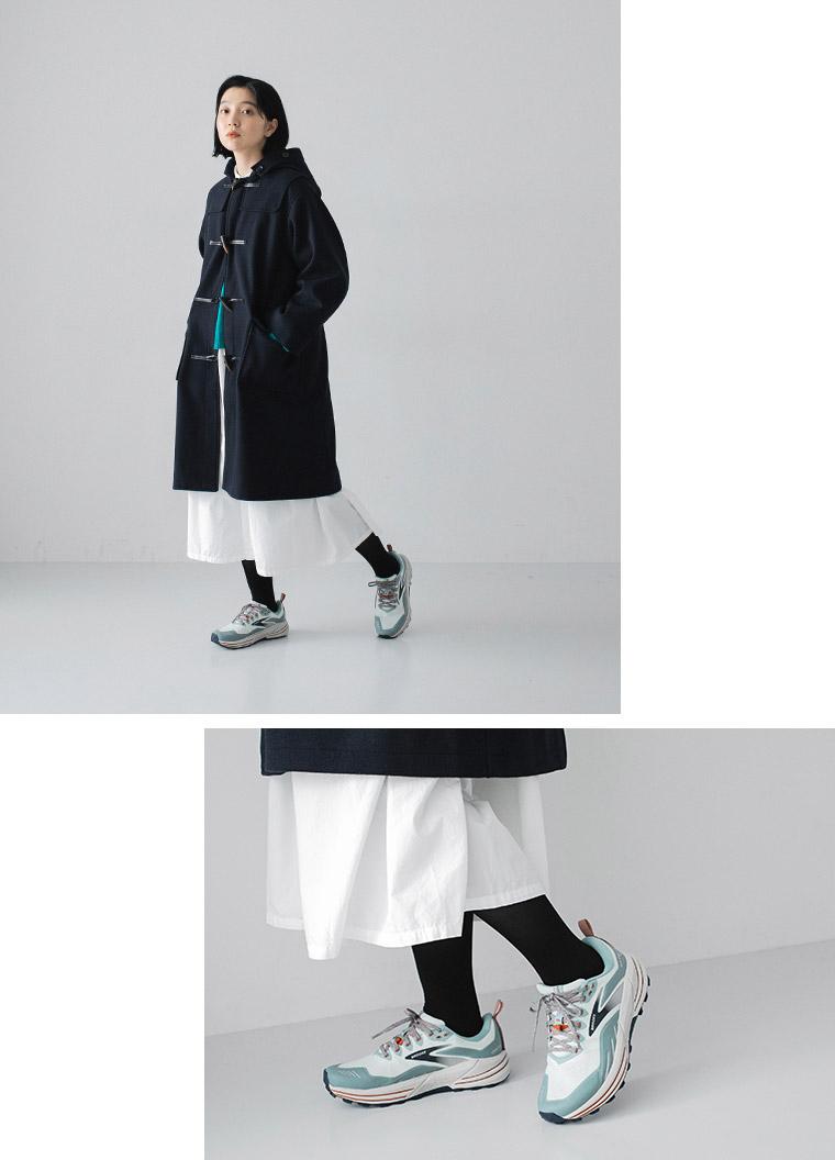 BROOKS/カスカディア16とダッフルコート・白いスカートの上品なコーディネート
