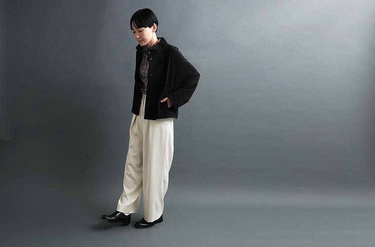ショートビーバーコートとリバティプリントブラウス、ストレートパンツの着こなし