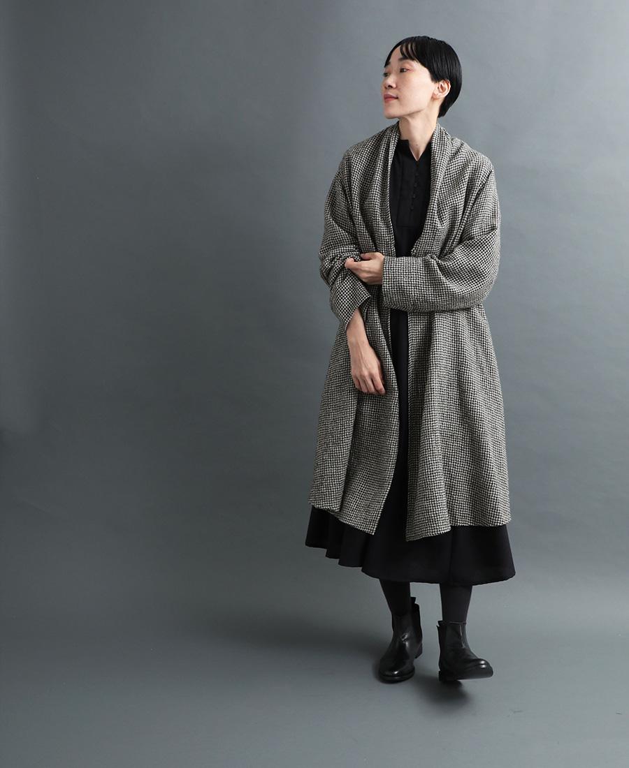 羽織りロングコートとヨークフレアワンピースの着こなし
