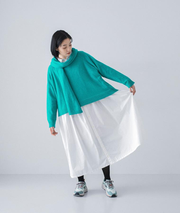 ichi ニットとワンピースの着こなし エメラルドグリーンのニット ナチュラン 白いワンピース